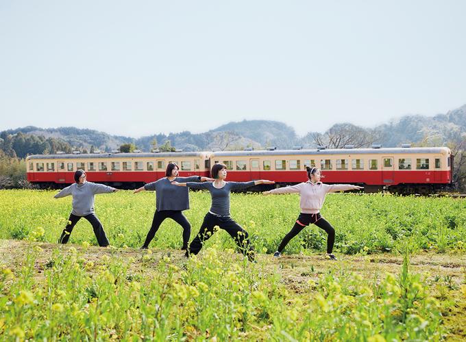 小湊鉄道をバックにヨガ